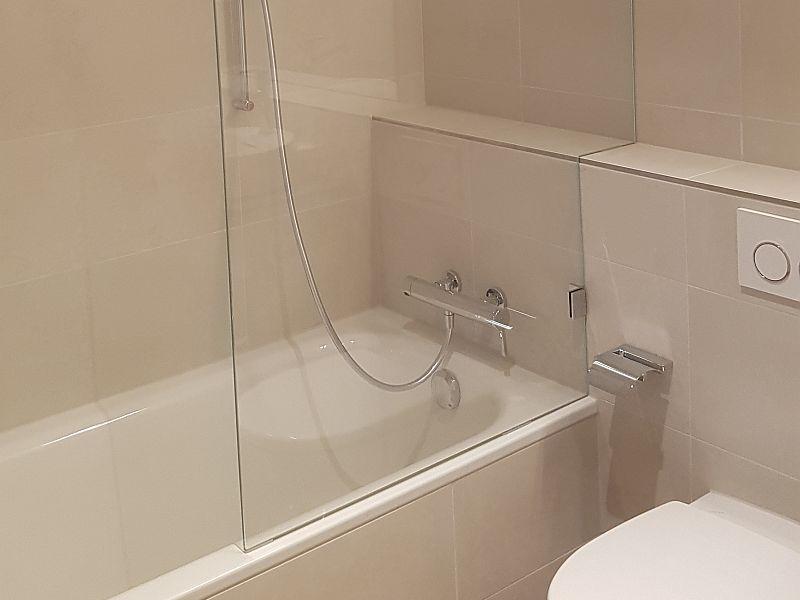 Badewannenabtrennung aus Glas - passen zur Glasdusche