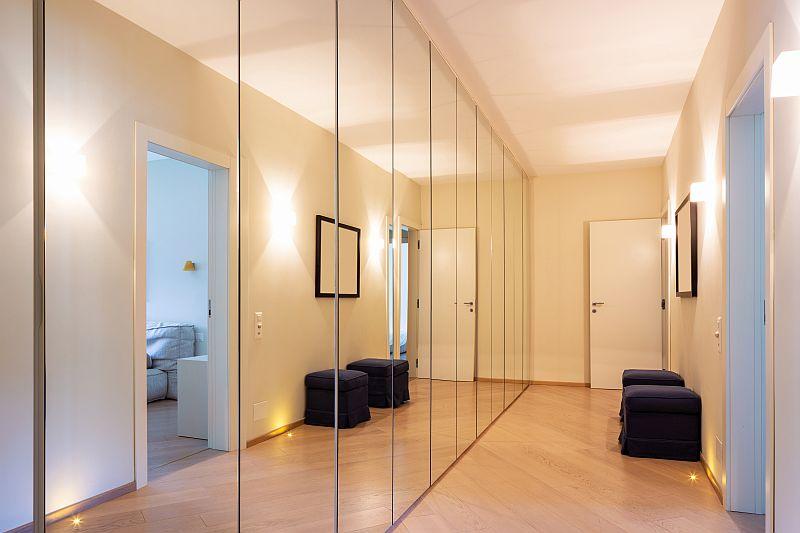 Spiegeltüren an Schränken in einem engen Flur machen den Raum optisch weiter